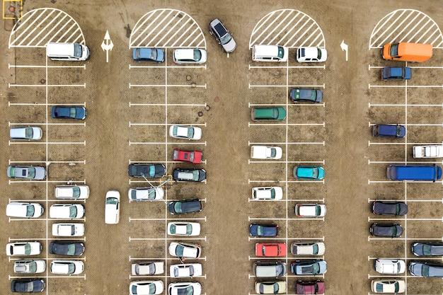 Сверху вниз вид с воздуха многих автомобилей на стоянке супермаркета или на рынке автосалона продажи. Premium Фотографии