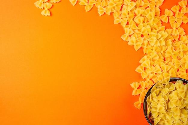 オレンジ色のコピースペースを持つトップのドライパスタファルファッレ 無料写真