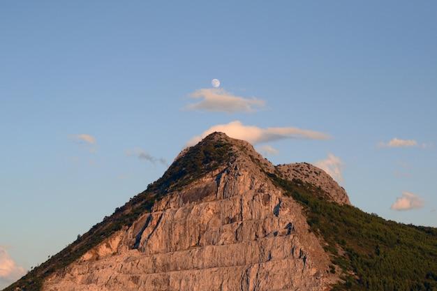 明るい空の下の丘の上 無料写真