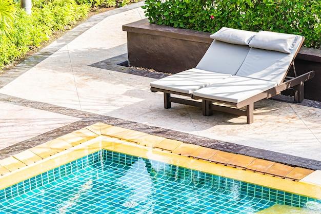 レジャーリラックスのためのリゾートホテルのビュー屋外スイミングプールのトップ 無料写真