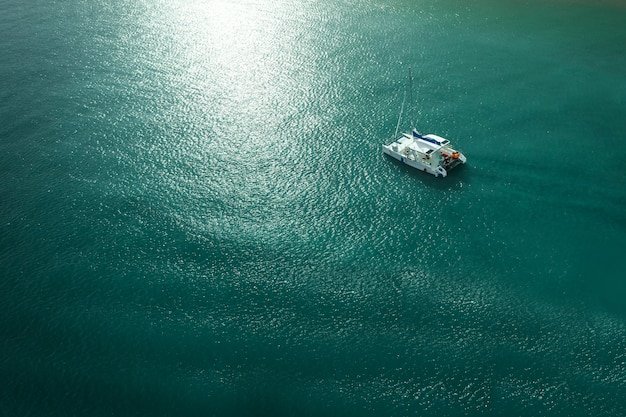 Top photo with awesome blue water and sun glare on the water surface Premium Photo