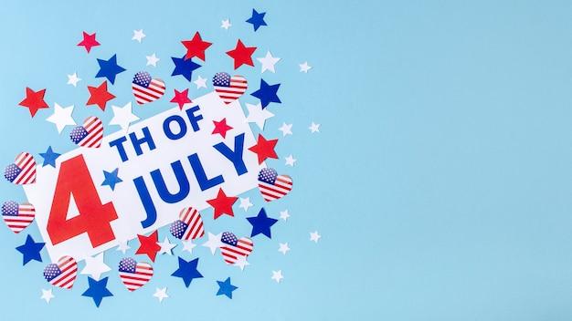 Вид сверху 4 июля знак со звездами и сердцами с копией пространства Бесплатные Фотографии
