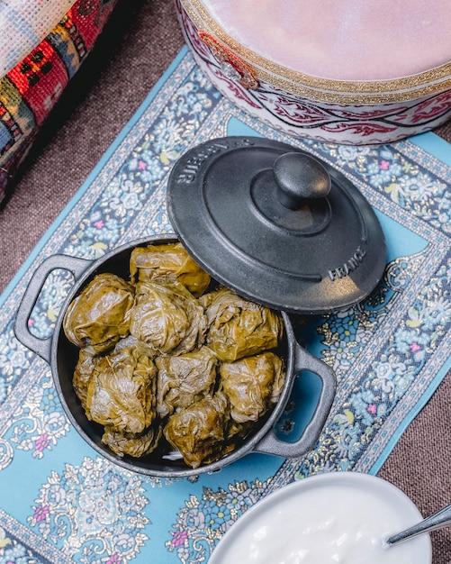 Вид сверху традиционное азербайджанское блюдо долма в виноградных листьях на сковороде Бесплатные Фотографии