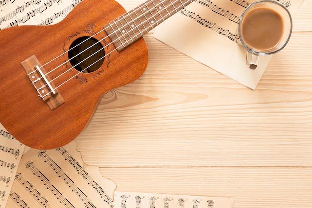 Вид сверху акустическая гитара с деревянным фоном Premium Фотографии