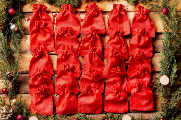 Top view aligned small little red pouches Free Photo