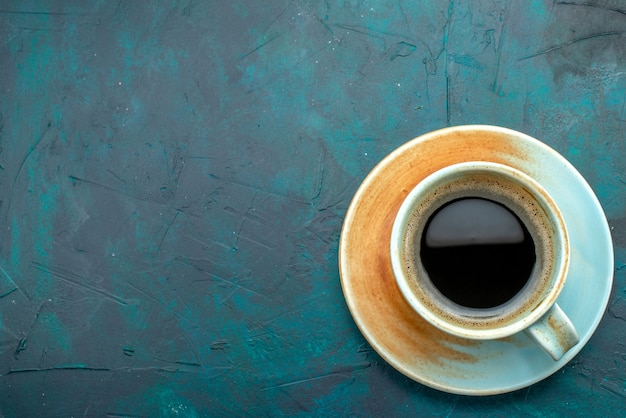 Top view of americano with shadow effect on saucer and white cup Free Photo