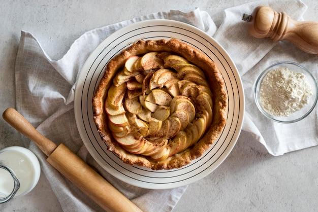 Вид сверху яблочный пирог на тарелке Бесплатные Фотографии