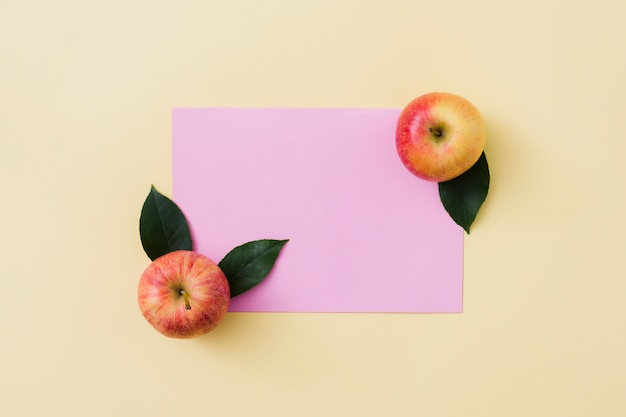 Top view apples with paper Free Photo