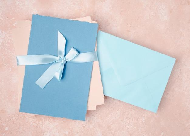 封筒での結婚式のトップビューの配置 無料写真