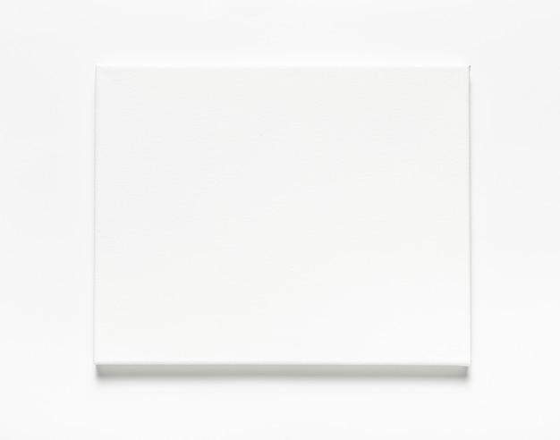 白い背景の上のキャンバスでトップビューの配置 Premium写真