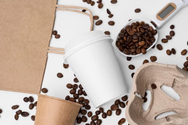 Disposizione vista dall'alto con chicchi di caffè Foto Gratuite