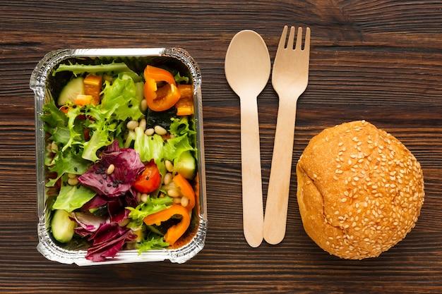 木製のテーブルの上にさまざまな食事と上面図の配置 無料写真