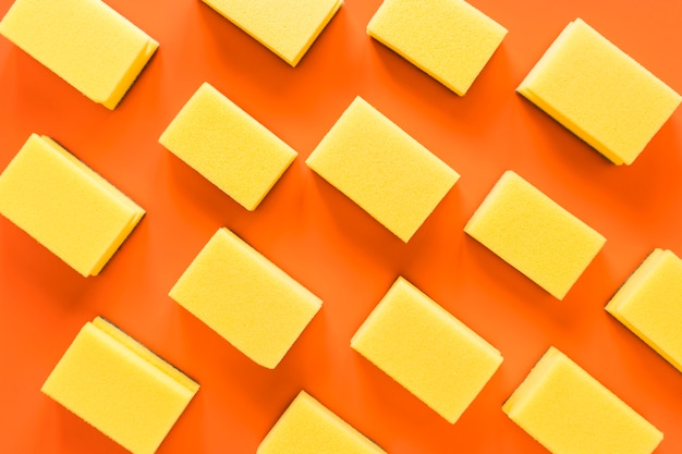 Вид сверху композиция с губками на оранжевом фоне Бесплатные Фотографии
