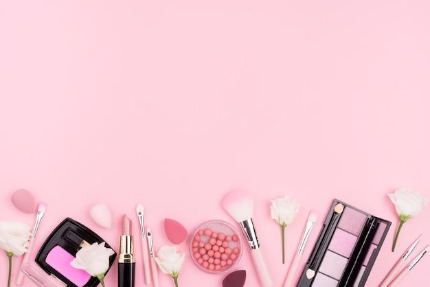 Vista dall'alto assortimento di cosmetici con spazio di copia Foto Gratuite