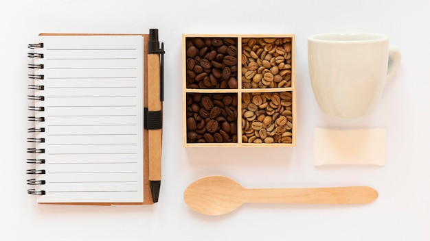 白い背景の上のコーヒーブランド要素のトップビューの品揃え 無料写真