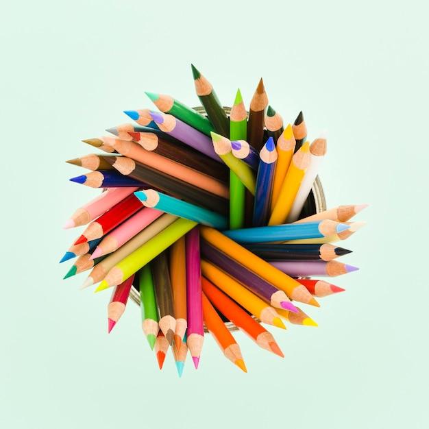 カラフルな鉛筆のトップビューの品揃え 無料写真