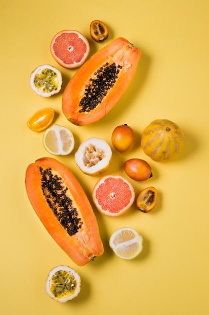 Вид сверху ассортимент экзотических фруктов на столе Бесплатные Фотографии