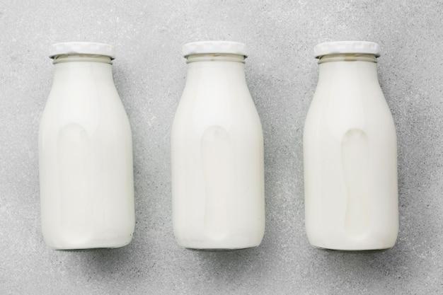 トップビューの新鮮な牛乳瓶の品揃え Premium写真