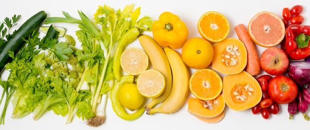 Вид сверху ассортимент органических фруктов и овощей Premium Фотографии