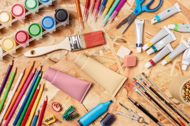 塗料と鉛筆のトップビューの品揃え 無料写真