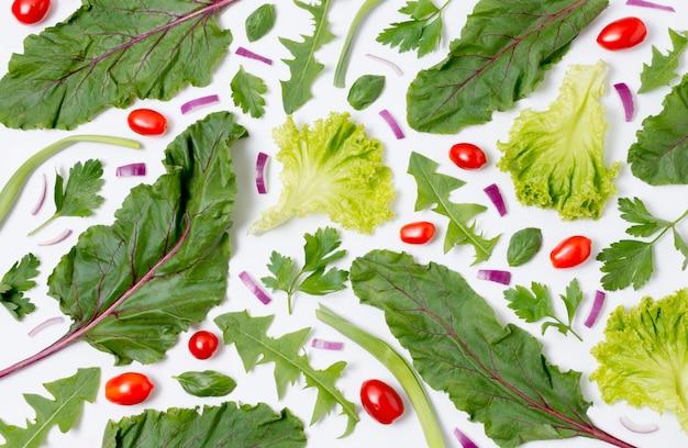 テーブルの上のサラダの葉のトップビューの品揃え 無料写真