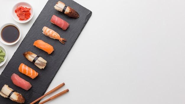 Вид сверху на суши с соевым соусом и свежим имбирем Premium Фотографии