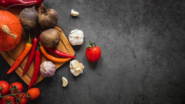 野菜のトップビューの品揃え暗いコピースペースの背景 Premium写真