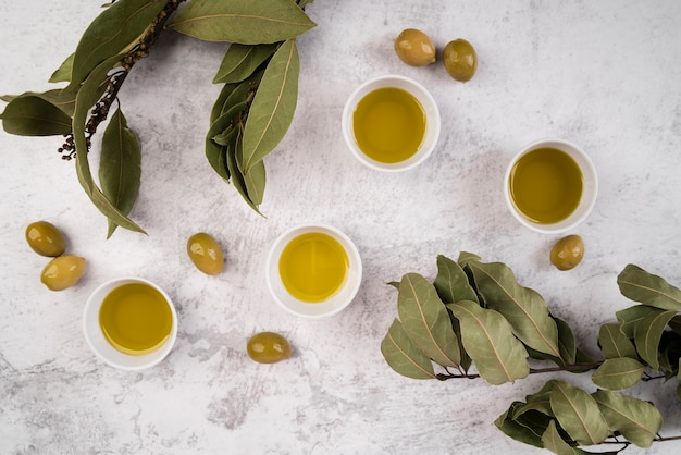 Vista dall'alto assortimento di olio d'oliva Foto Gratuite