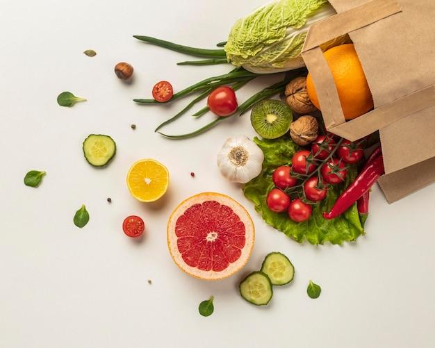 Vista dall'alto dell'assortimento di verdure nel sacchetto della spesa Foto Gratuite