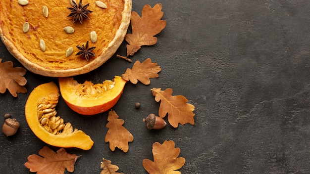 Top view autumn frame with pie and pumpkin Free Photo
