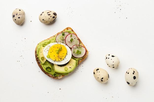 Vista dall'alto di avocado e panino con uova Foto Gratuite