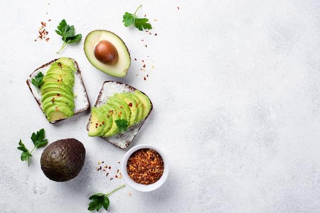 Vista dall'alto di avocado toast per la colazione con erbe e spezie Foto Gratuite