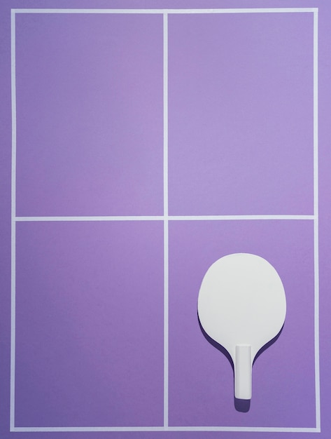 Pagaia di badminton vista dall'alto su sfondo viola Foto Gratuite