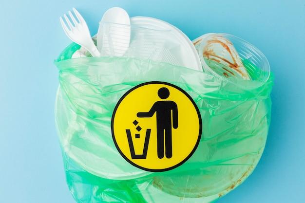 Vista dall'alto borsa piena di rifiuti di plastica sporchi Foto Gratuite