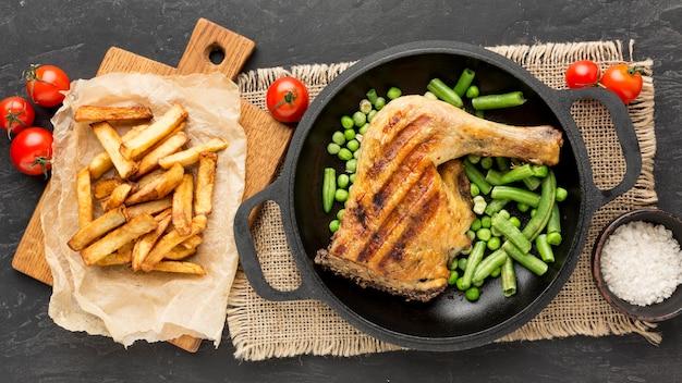 감자와 토마토와 함께 냄비에 구운 닭고기와 완두콩 포드 상위 뷰 무료 사진