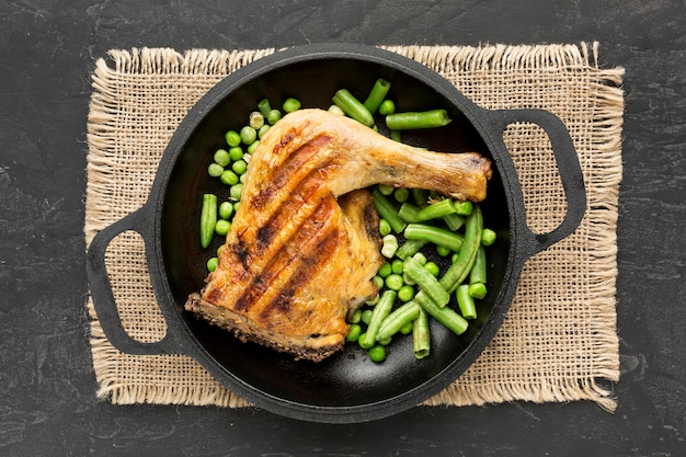 팬에 구운 닭고기와 완두콩 포드 상위 뷰 무료 사진