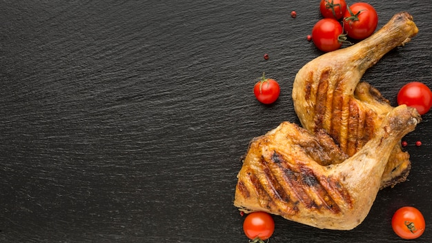 Pollo e pomodori al forno con vista dall'alto con copia-spazio Foto Gratuite