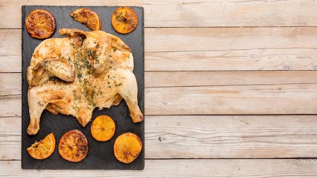 오렌지 슬라이스 및 복사 공간 상위 뷰 구운 치킨 무료 사진