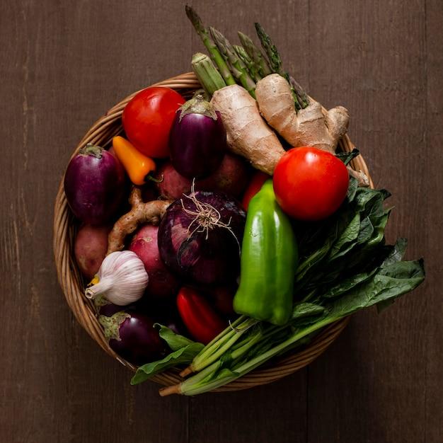 Корзина с овощным ассортиментом, вид сверху Premium Фотографии