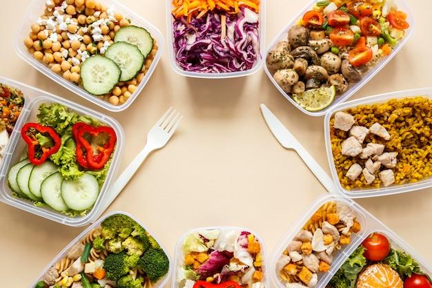 Composizione cotta cibo in lotti vista dall'alto con lo spazio della copia Foto Gratuite