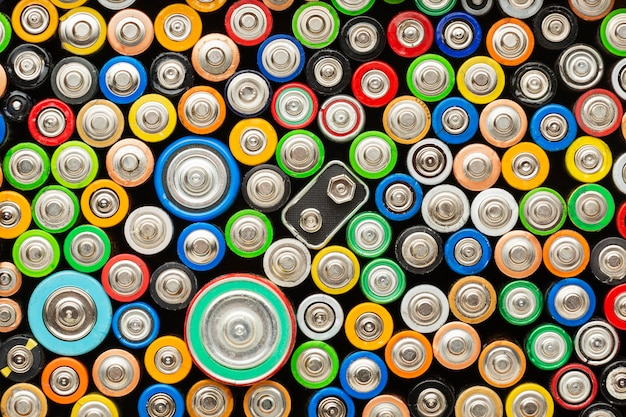 Vista dall'alto dei rifiuti di inquinamento della batteria Foto Gratuite