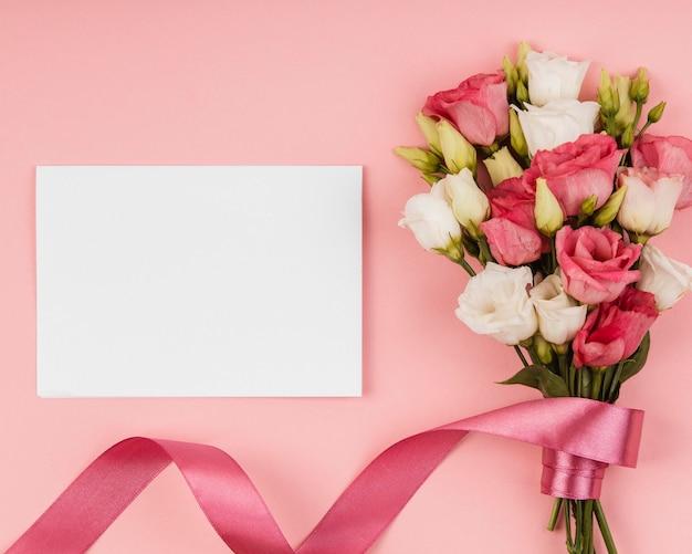 Вид сверху красивый букет роз с пустой картой Бесплатные Фотографии