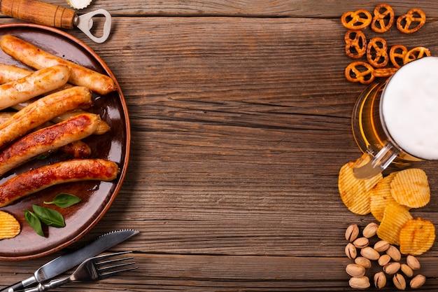 Вид сверху пиво с едой на деревянный стол Бесплатные Фотографии