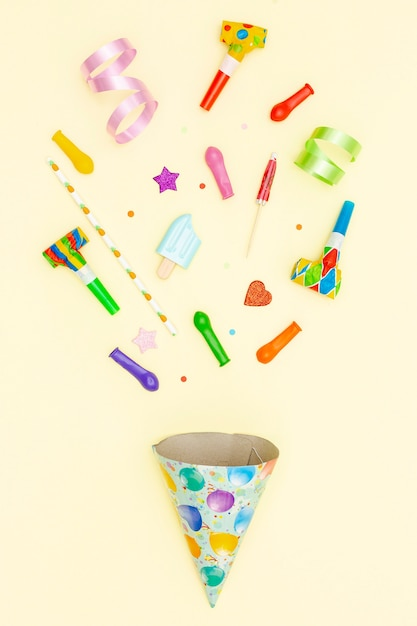 Top view birthday arrangement with party hat and balloons Free Photo