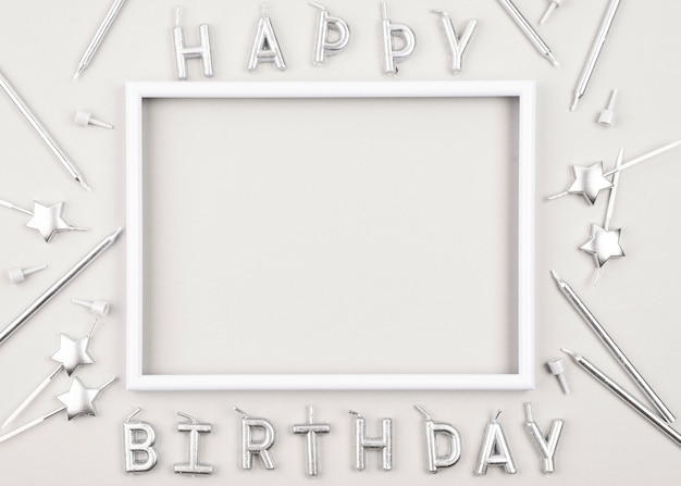 白いフレームとトップビューの誕生日のキャンドル 無料写真