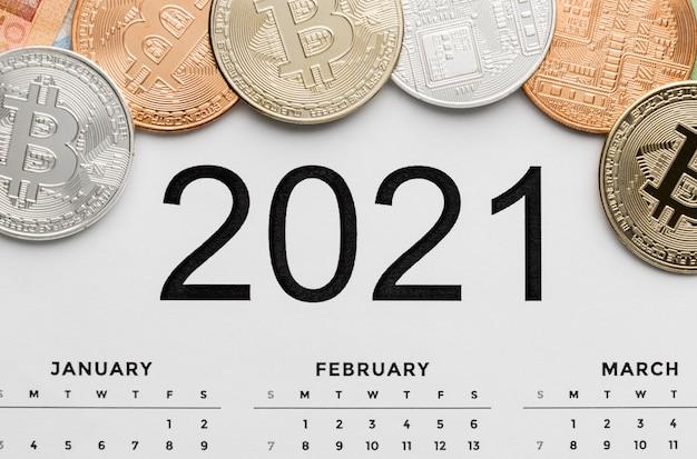 Вид сверху на биткойны в ассортименте календаря 2021 года Бесплатные Фотографии
