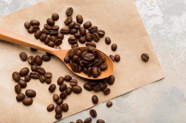 Вид сверху черный кофе в зернах на светлом фоне Бесплатные Фотографии