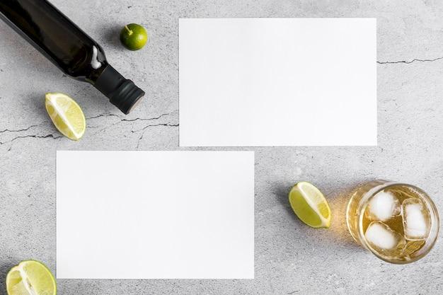 Vista dall'alto di documenti menu vuoti con olio d'oliva e bevande Foto Gratuite