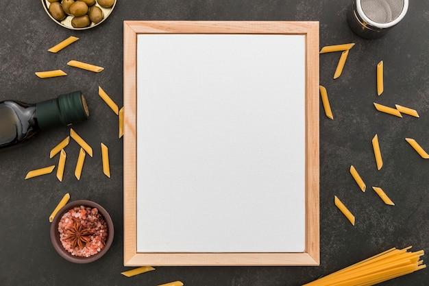 Vista dall'alto del menu vuoto con pasta e olio d'oliva Foto Gratuite