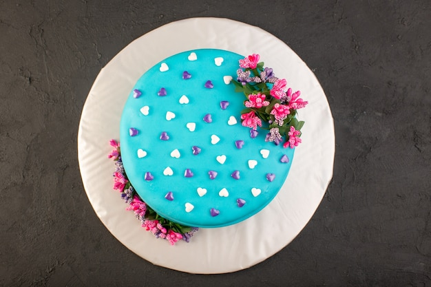 Una torta di compleanno blu con vista dall'alto con fiore in cima Foto Gratuite